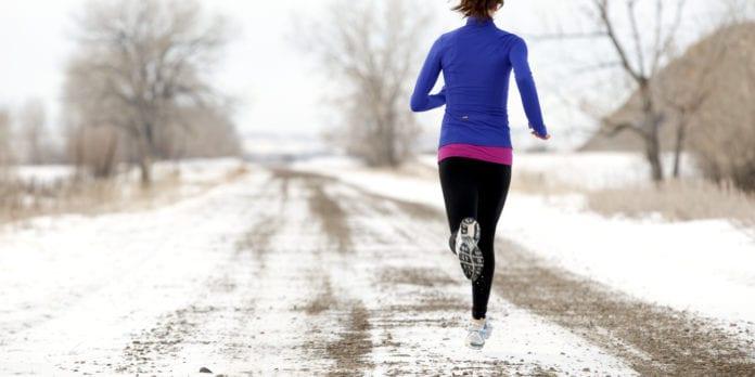 Dame løper ute på vintern