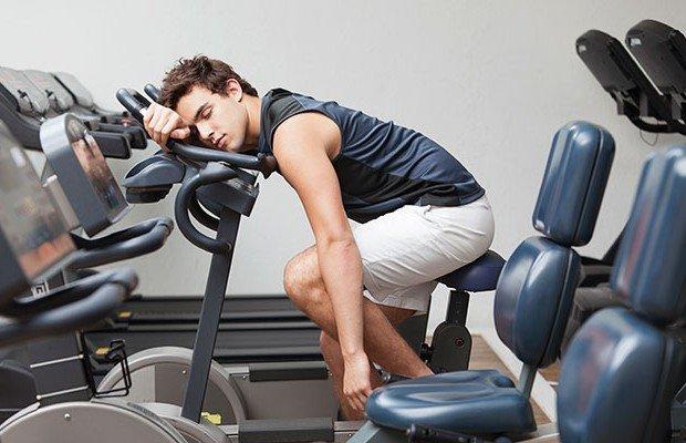 Sover på gymmet