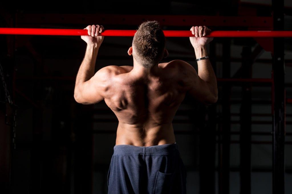 Øvelser som chins der man utfører mange repetisjoner med eksentrisk trening, kan lettere føre til rabdomyolyse.