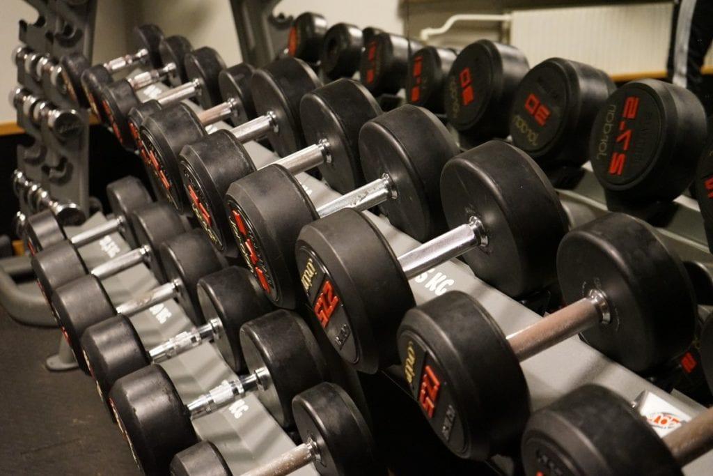 Begynn med de tyngste vektene. Deretter løfter du litt lettere vekter.