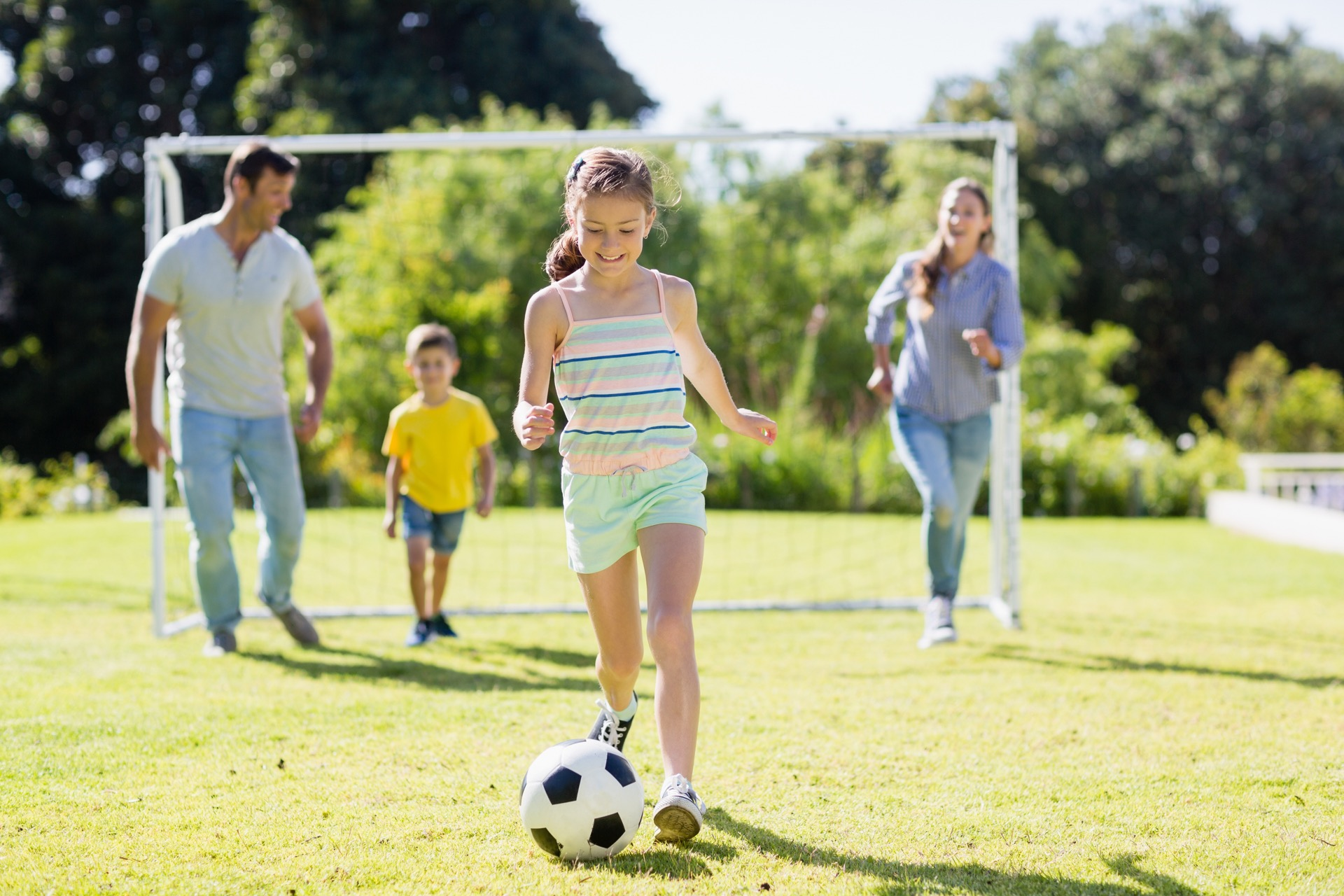 barn som leker og trener