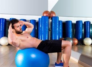 crunch mageøvelse på ball