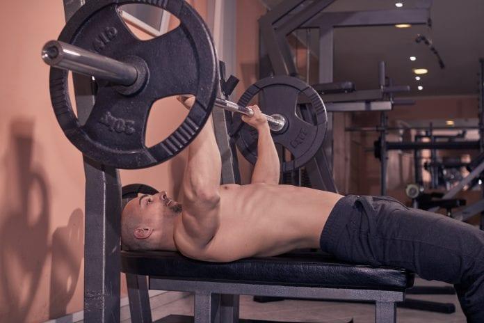 Mobilitetsøvelser kan bidra til å gjøre deg sterkere i benken.