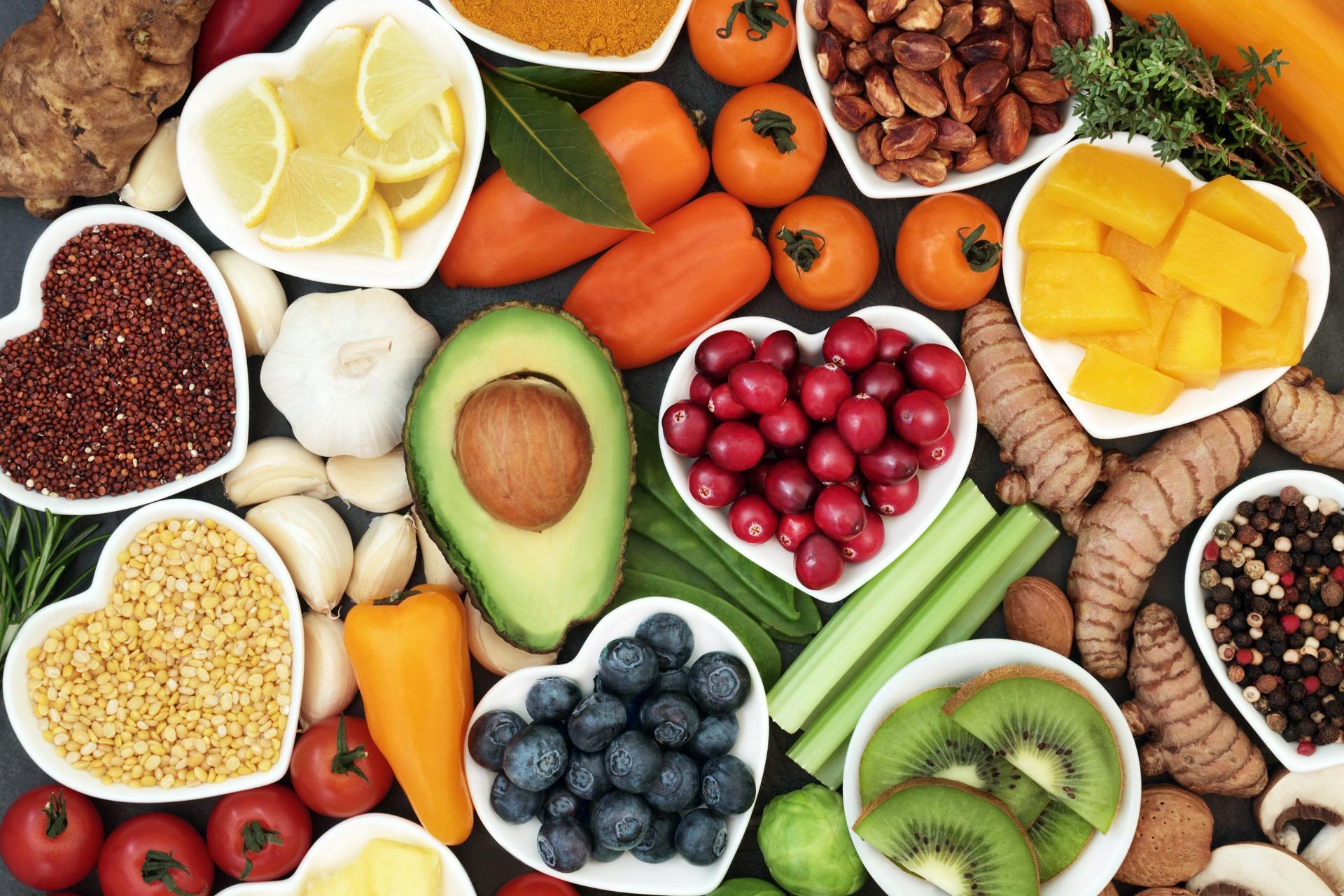 """3.Spis fler av kaloriene tidlig på dag Har du hørt frasen """"spis frokost som en konge, lunsj som en prins, og middag som en fattig""""? Selv om dette ikke skal tolkes helt bokstavelig, så er det en mening i det. Forskning viser at jo flere kalorier av det totale kaloriinntaket du inntar tidlig på dagen, desto større sannsynlighet er det for å gå ned i vekt. En studie fra 2017 konkluderte med at personer som inntok flere kalorier under frokost og lunsj, hadde en lavere BMI enn de som inntok de største måltidet rundt middagstider eller senere. Hva dette skyldes? Når du inntar flere kalorier tidlig på dagen, bidrar du automatisk til å gi kroppen mer energi som øker sannsynligheten for et høyere aktivitetsnivå videre ut over dagen. Risikoen for å få abstinenser etter søtsaker eller junkfood reduseres, og insulinsensiviteten forbedres. Mye tyder altså på at forbrenningen er høyere tidlig på dagen."""