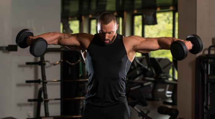 trening av skuldre og deltamuskelen